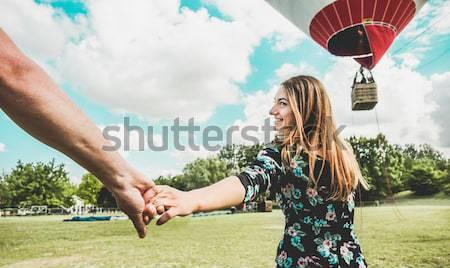 Para lovers całując balon festiwalu zewnątrz Zdjęcia stock © DisobeyArt