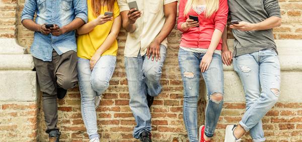 グループ 学生 を見て スマート 携帯電話 国連 ストックフォト © DisobeyArt