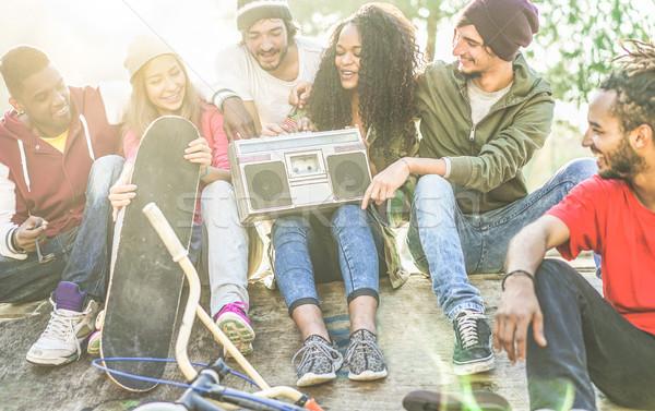 Mutlu Öğrenciler dinleme müzik şehir Stok fotoğraf © DisobeyArt