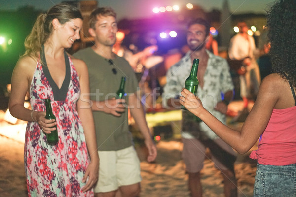 Stockfoto: Gelukkig · vrienden · dansen · drinken · bier · strand
