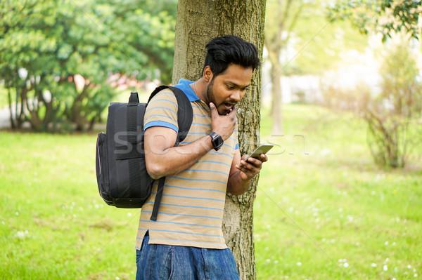 Universiteit indian student mobiele telefoon outdoor portret Stockfoto © DisobeyArt