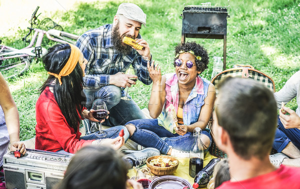 Grupy szczęśliwy znajomych grill Zdjęcia stock © DisobeyArt