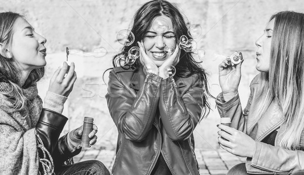 Mulheres jovens mulheres bolhas de sabão ao ar livre Foto stock © DisobeyArt