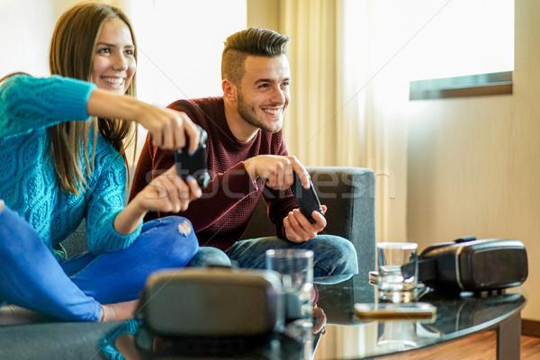 Gelukkig vrienden spelen video games virtueel realiteit Stockfoto © DisobeyArt