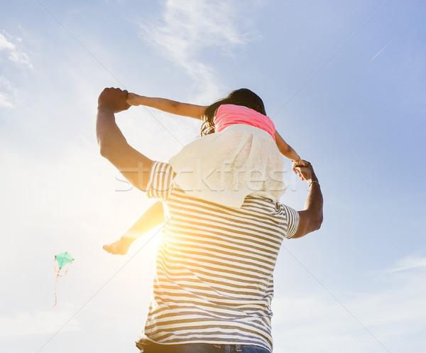 Vader dochter vliegen Kite strand Stockfoto © DisobeyArt