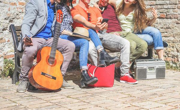 Grup moda arkadaşlar hareketli cep telefonları dinleme Stok fotoğraf © DisobeyArt