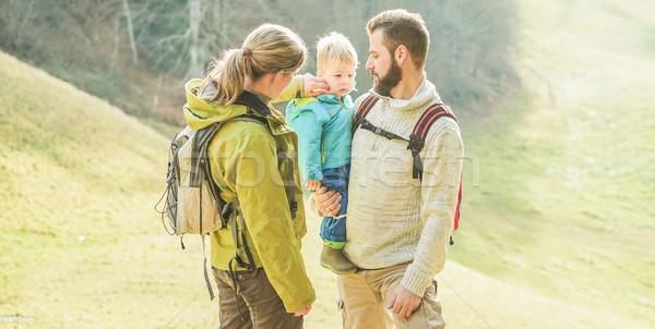 Gelukkig gezin weinig kind lopen Zwitserland berg Stockfoto © DisobeyArt