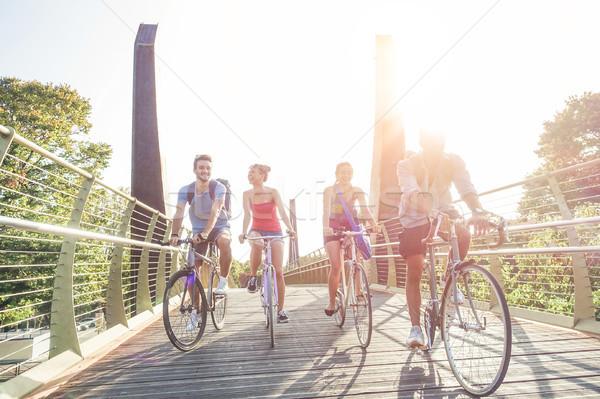 Szczęśliwy studentów vintage rowery jazdy miasta Zdjęcia stock © DisobeyArt