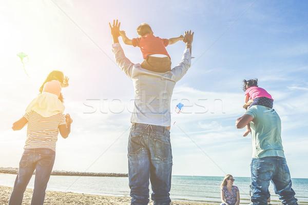 Ailelerin çocuklar uçan plaj gün batımı yetişkin Stok fotoğraf © DisobeyArt