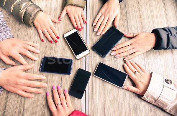 Csoport barátok szórakozás együtt okostelefonok közelkép Stock fotó © DisobeyArt