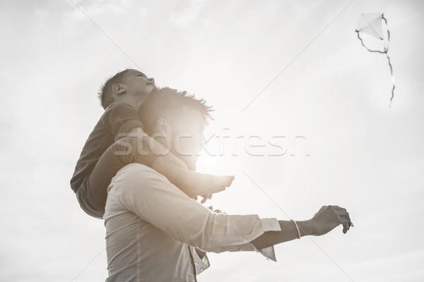 Baba oğul omuz uçan uçurtma plaj Stok fotoğraf © DisobeyArt