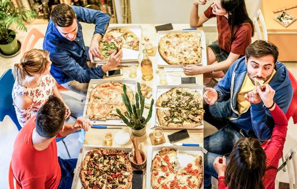 Top view giovani amici mangiare italiana Foto d'archivio © DisobeyArt