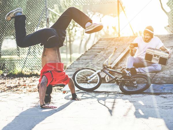 Motoros férfi készít videó breaktáncos barát Stock fotó © DisobeyArt