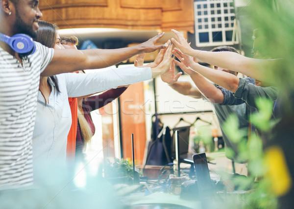 Giovani mani in alto nuovo avvio progetto Foto d'archivio © DisobeyArt
