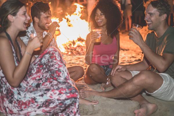 Gelukkig vrienden drinken bier strand festival Stockfoto © DisobeyArt