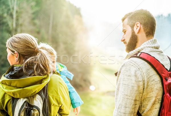 Fiatal család kicsi gyermek sétál Svájc Stock fotó © DisobeyArt