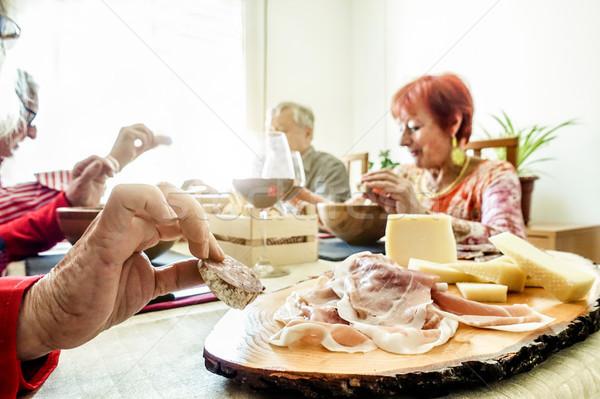 Senior alegre amigos alimentação aperitivo almoço Foto stock © DisobeyArt