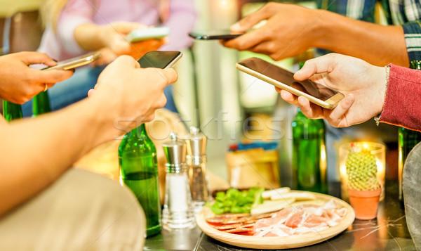 Grup arkadaşlar akıllı telefonlar bar restoran Stok fotoğraf © DisobeyArt