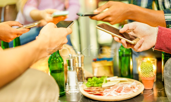 Stockfoto: Groep · vrienden · smartphones · bar · restaurant