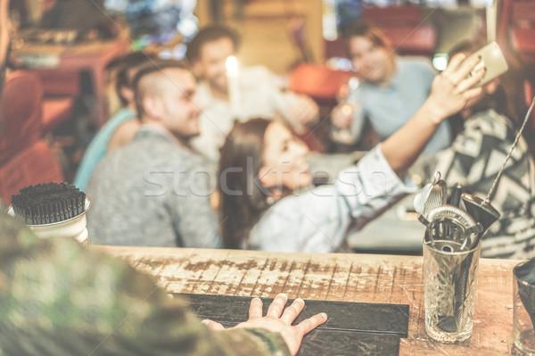бармен мнение счастливым друзей мобильных Сток-фото © DisobeyArt