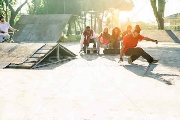 Gruppo felice amici ascolto musica guardare Foto d'archivio © DisobeyArt