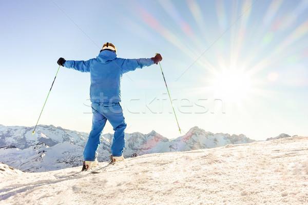 Jungen Skifahrer top Berg Arme Himmel Stock foto © DisobeyArt