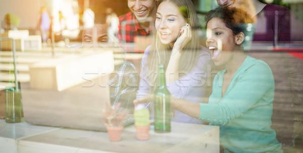 Mutlu arkadaşlar izlerken video dizüstü bilgisayar bar Stok fotoğraf © DisobeyArt