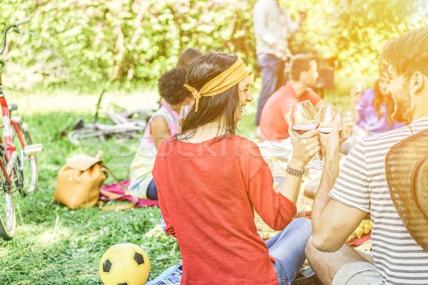 Mutlu arkadaşlar piknik şehir park Stok fotoğraf © DisobeyArt