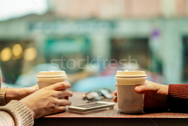 Iki genç arkadaşlar içme kahve kâğıt Stok fotoğraf © DisobeyArt