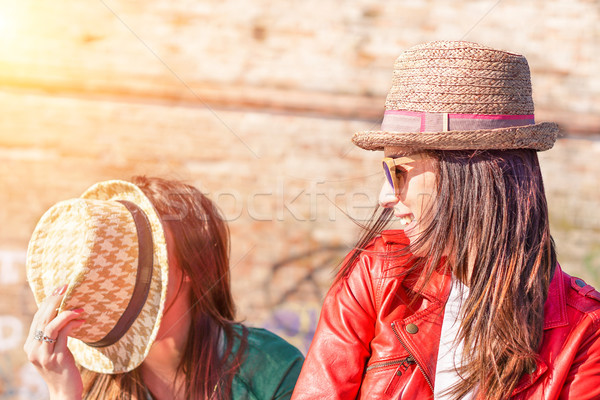 Legjobb hipszter barátok szórakozás napos idő boldog emberek Stock fotó © DisobeyArt
