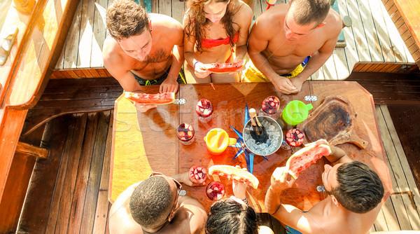 Foto d'archivio: Gruppo · felice · amici · vino · mangiare