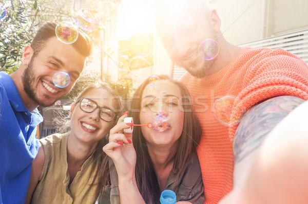 Boldog barátok elvesz pillanatfelvétel mobiltelefon dob Stock fotó © DisobeyArt