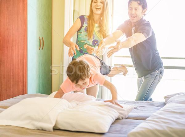 Gelukkig gezin binnenkant hotelkamer zomervakantie ouders Stockfoto © DisobeyArt