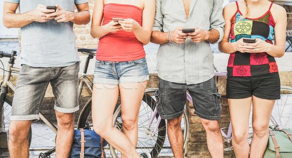 Csoport diákok néz okos mobiltelefonok egyetem Stock fotó © DisobeyArt