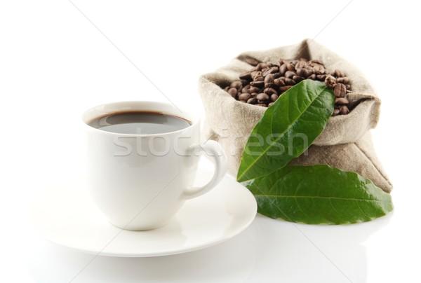 Foto stock: Completo · granos · de · café · hojas · verdes · taza · de · café · bolsa