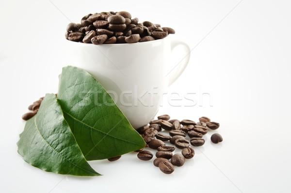 Foto stock: Taza · de · café · completo · granos · de · café · verde · café · hojas