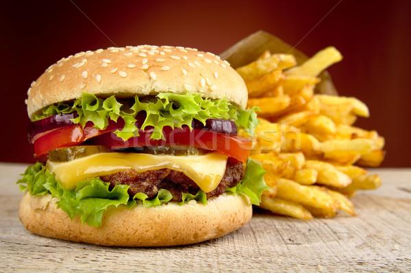 Cheeseburger patatine fritte rosso riflettori tavolo in legno grande Foto d'archivio © dla4