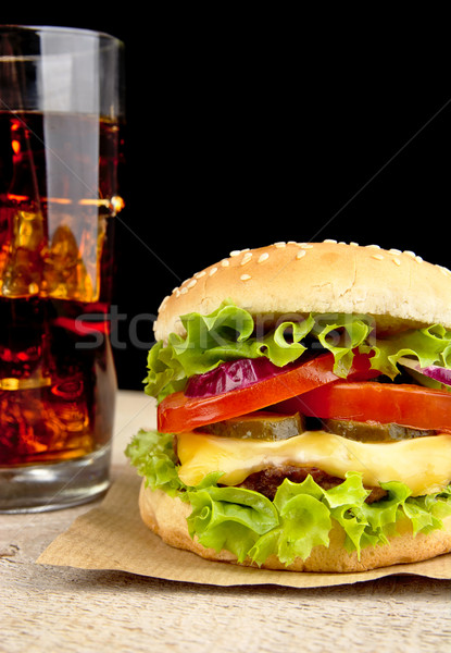 Grand cheeseburger verre Cola table en bois bois Photo stock © dla4