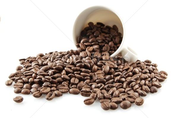 Foto stock: Taza · completo · granos · de · café · blanco · aislado · relajarse