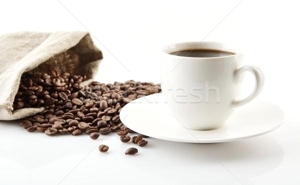 Foto stock: Taza · café · platillo · bolsa · granos · de · café · blanco