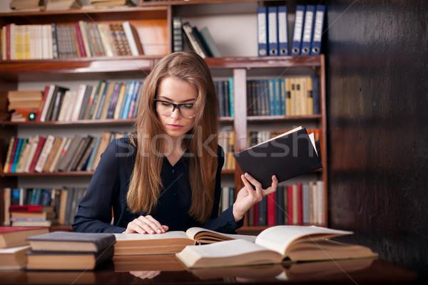 Ragazza studente biblioteca lettura donna libri Foto d'archivio © dmitriisimakov