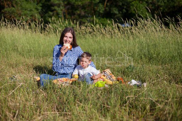 Anne oğul yemek piknik alan gökyüzü Stok fotoğraf © dmitriisimakov