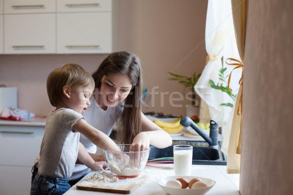Matka syn pie mąka dziewczyna żywności Zdjęcia stock © dmitriisimakov