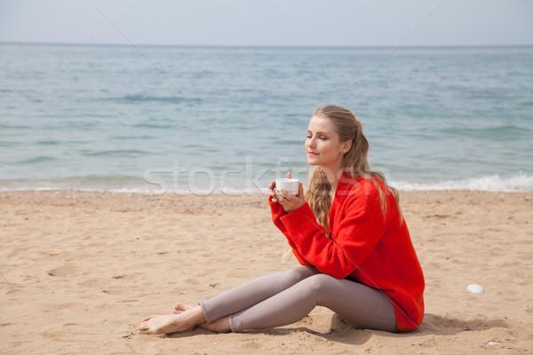 Szőke nő csésze kávé homokos tengerpart néz tenger Stock fotó © dmitriisimakov