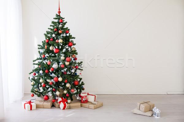Foto stock: árvore · de · natal · vermelho · presentes · branco · quarto · natal
