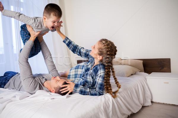 Mamá papá hijo manana cama casa Foto stock © dmitriisimakov