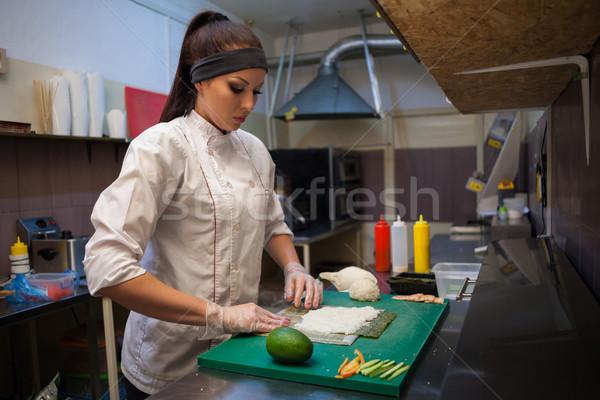 Kadın pişirmek sushi restoran mutfak eller Stok fotoğraf © dmitriisimakov