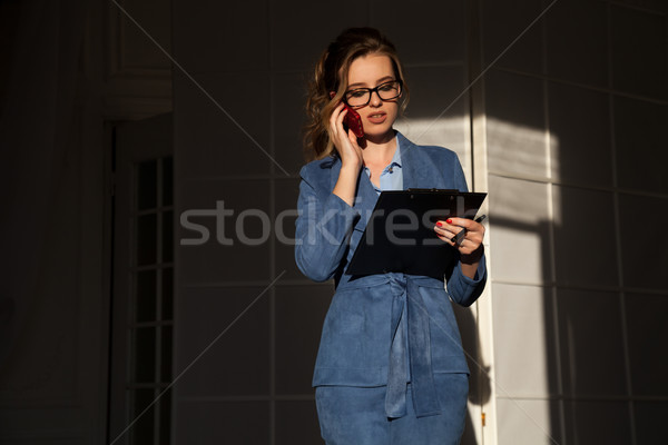 бизнеса портрет женщину костюм смартфон папке Сток-фото © dmitriisimakov