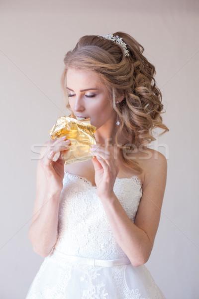 Oblubienicy ślub suknia ślubna jedzenie czekolady biały Zdjęcia stock © dmitriisimakov
