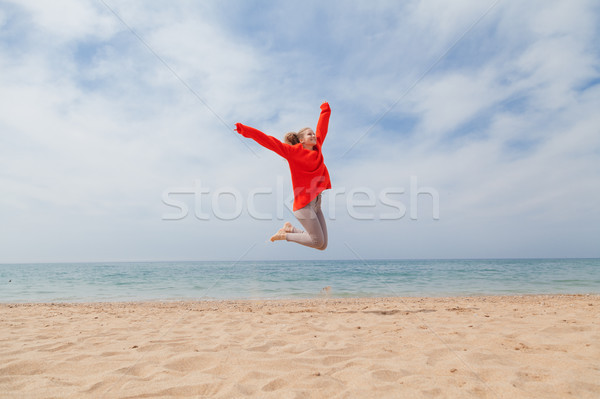 Meisje springen zandstrand zee wal gelukkig Stockfoto © dmitriisimakov